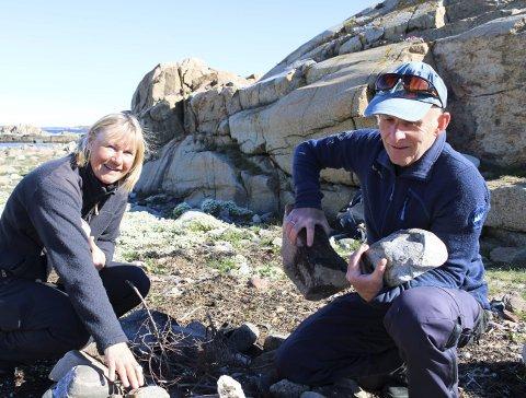RYDDER: Anne Sjømæling og Per Espen Fjeld rydder opp bålplasser som ikke er tillatt i nasjonalparken. Nå håper de folk følger reglene som gjelder og bruker de plassene som er etablert av Oslofjordens Friluftsråd.