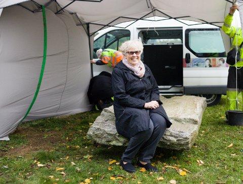 """SENSASJONELT: Historikerne kan være glade for at Randi Schie insisterte på å beholde det gamle """"trappetrinnet"""" som benk ute på gårdsplassen på Øverby gård. Steinen viste seg å være en 1600 år gammel runestein. Foto: Marita Lundsrud Berg"""