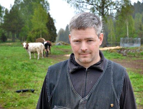ELGDØD: Grunneier og bonde Thor Amund Halvorsrud i vestre Øymark tror fjorårets tørkesommer kan ha bidratt til at flere elgkalver har bukket under.