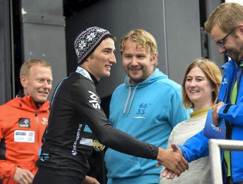 Her ser vi også Alf-Gøran Knutsen i lys blått som en av flere som hilste på Gianni Moscon etter seieren på Korgfjellet. Foto: Øyvind Bratt