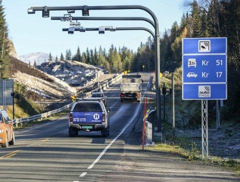 BOMPENGER: Det kan bli billigere å passere gjennom bomstasjonene på Reinforshei (bildet) og Skamdalen om du har brikke.Foto: Øyvind Bratt