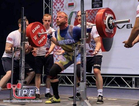 I VM: Ronny Bjørkhaug i aksjon i VM Master i Minsk sist helg. Det ble gull i markløft og bronse sammenlagt i 93-kilosklassen. Foto: Smedjebackens Atletklubb