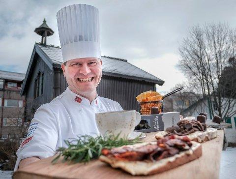 Matpakkeentusiast: Kjøkkensjef Svein Jæger Hansen har alltid med seg matpakke når han drar på tur. Med litt forberedelser hjemme, setter bålet den siste finishen. Selv skal han tilbringe påskeferien i Vakkerdal.