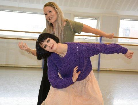 Samkjørte: Stine Skog (bak) og Janne D. Kristiansen smelter sammen flere danser til en forestilling med sine elever til Dansens dag den 29. april. Foto: Karina Solheim