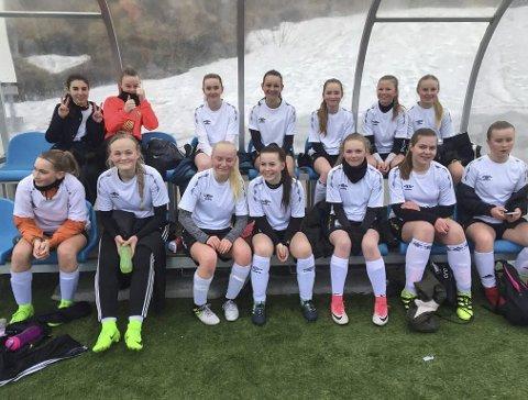 HISTORISKE: Rana FKs Jenter 14-lag sørget for tidenes første serieseier for den nyopprettede klubben. De slo Åga IL 11-4 onsdag. Foto: Jørgen Svarthoel
