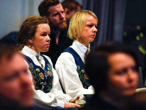 Det vakte reaksjoner da Henriette Hanssen (t.v.) som markant medlem av Bunadsgeriljaen ble valgt inn av Helse Nord, til å sitte i styret i Helgelandssykehuset. Nå er det hun som er opptatt av å sikre geografisk representasjon fra Sør-Helgeland. Her under Helse Nords styremøte i Bodø under behandlingen av framtidas sykehusstruktur på Helgeland.  Til høyre, leder Line Rønning Føsker.