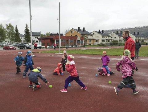 Rana Friidrettsklubb håper foresatte kan bidra på trening. Klubben mangler kapasitet på trenersiden.
