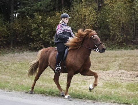 Hestejente: Caroline finner glede gjennom  å ri.