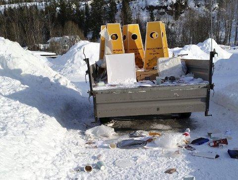 En leser spør hvem som skal fjerne søpla etter Vinterfestivalen. Leserfoto