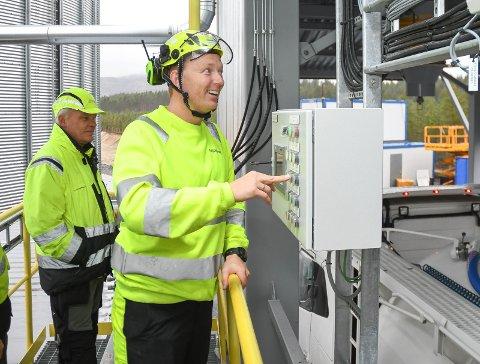 OPPSTART: Fabrikksjef Ole Frantzen trykker på startknappen hos Moelven Pellets.