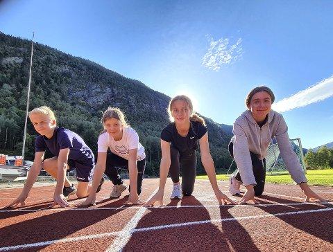 KLAR - FERDIG - GÅ: Bastian Asdal (14), Iben Våer (14), Kaia Storøygard (13) og Theodor Niksic (13) fra RIL friidrett deltar under årets Lerøy-lekene på Rjukan stadion.