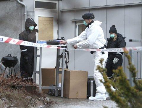 DREPT: Politiet utenfor boligen der mannen ble drept. foto: Karl Braanaas/Budstikka