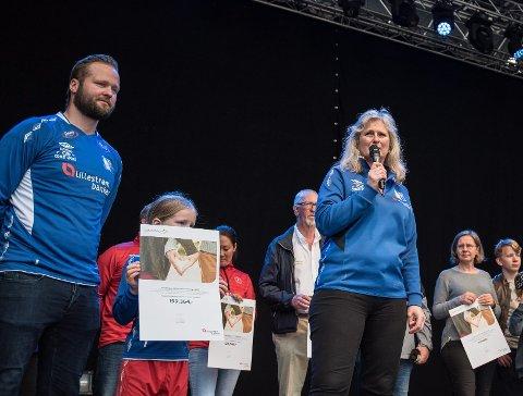 Pengepott:  Hege Holm i Rælingen fotballklubb mottok pengepremien fra hovedscenen på Torvet. Foto: Vidar Sandnes