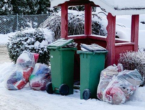 MYE SØPPEL: Søppelkassene til Tor Martin Ødegaard og naboene i Kverndalen på Jessheim er fullstendig overfylt av søppel. 2,5 uker har gått siden de ble tømt sist.