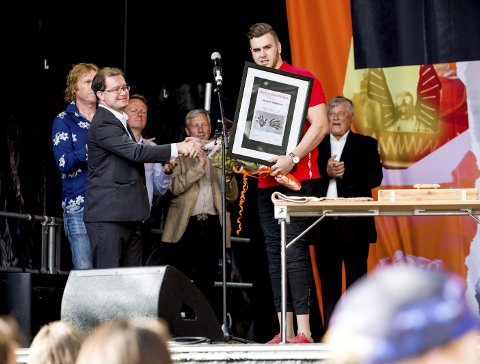 Årets romeriking: Martin Skolebekken mottok prisen på Torvet under Byfesten. FOTO: TOM GUSTAVSEN