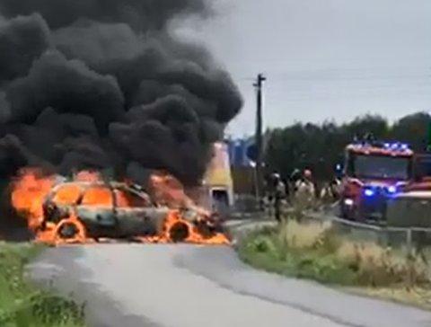 FLAMMEHAV: I løpet av få minutter var bilen oppslukt av flammene. Inne i bilen satt det to voksne og fire barn.
