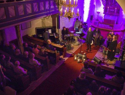JULEKONSERT: Kristin Reitan har tatt turen til Røyken kirke for å synge julen inn i år som i fjor, da hun samlet en fullsatt kirke.