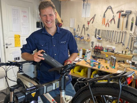 ELSYKLER: Butikksjef, Kristoffer Wormsen (29) opplever at mange kunder reiser langt for å kjøpe sykler hos Hurum Sport.