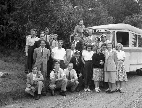 Vi tenker oss at denne gjengen kom med Langeby-bussen en gang rundt 1960 - men vet du hvem de er? Eller hva som er anledningen?