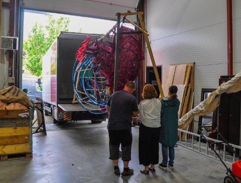 ENORM DRAGE: Den ti meter lange dragen løftes ut av lastebilen. Det lilla «skinnet» skal trekkes over rockeringene, noe som vil gi mulighet for bevegelighet i dragen.