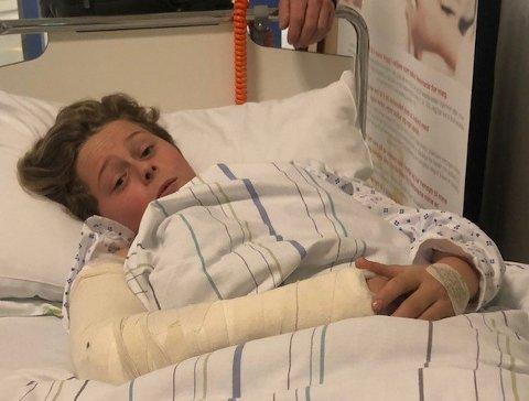 OPERASJON: Rasmus Aasland (13) ble sparket av sin hest, Erasmus, sist måned. Her er han på sykehuset i forbindelse med operasjonen av armen.