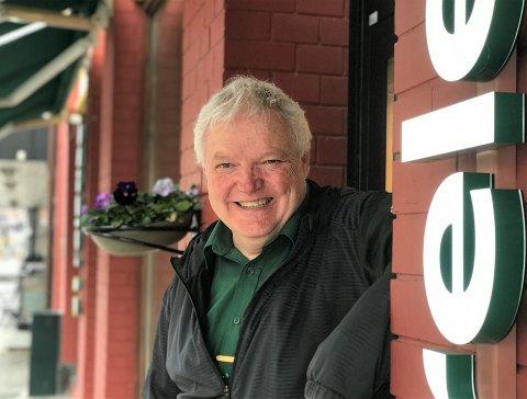 ELSKER JOBBEN: Staale Broager Grøn har mye å gjøre som butikksjef i Release sitt utsalg i Kongensgate.