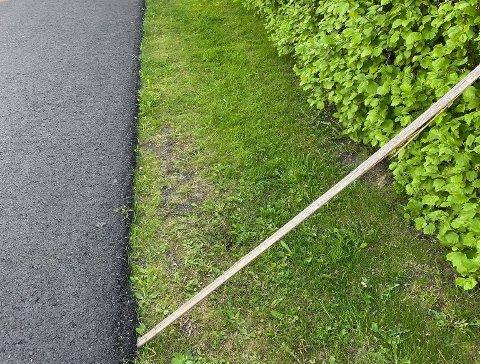 ULOVLIG: Omtrent halvannen meter fra asfaltkanten er kommunalt veiområde og her er det ikke lov å plassere installasjoner av noe slag ifølge kommunen.