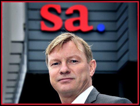 Petter Christian Saugstad er sarpingen som har endt opp som sjef for de fleste lokalavisene i Østfold og Follo.