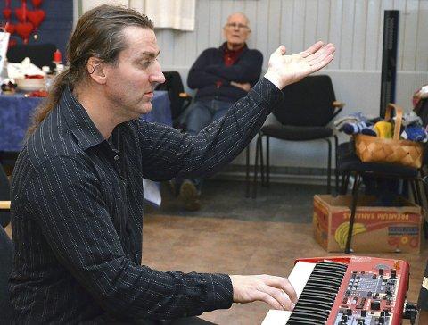 DIRIGENT: Dirigent Knut Erik Skofsrud i Tosebygda sangkor.