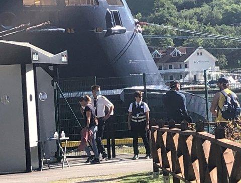 GOD DAG: – Det var litt emosjonelt då «Mein Schiff 3» la til cruisekaien søndag. Det må eg berre innrømma, seier driftsleiar Jon Olav Stedje (i kvit skjorte og med munnbind).