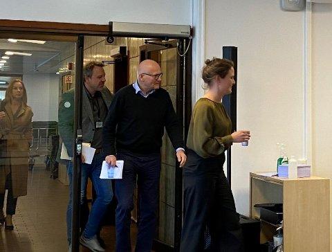 På vei inn i pressemøte. Stavangerordfører Kari Nessa Nordtun, kommuneoverlege i Randaberg, Ole Bernt Lenning og smittevernoverlege Runar Johannessen.