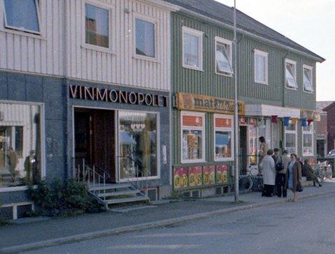 Dette lokalet i Svein Jarls gate 13 var det første utsalgsstedet for Vinmonopolet i Steinkjer. I 1981 flyttet polet til Zebra-senteret, og har vært på samme sted siden.