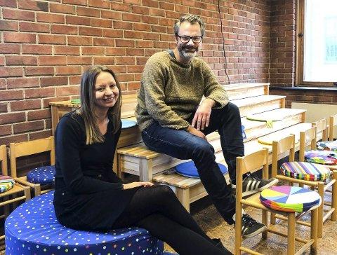 FOR BARNA: Fagansvarlig Marte Lie Kverme og bibliotekar Stian Johansen i eventyrrommet Tambars hule.