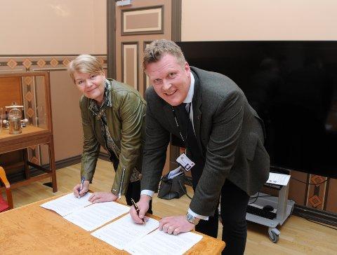 UNDERTEGNER: Dekan Heidi Kapstad og kommunalsjef Erik Nordberg undertegner den historiske avtalen om samarbeid.