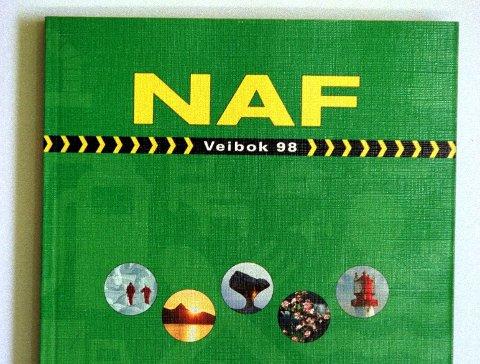 VEIBOK: Slik så 1998-utgaven av NAF veibok ut. I januar 2022 kommer det en ny utgave.