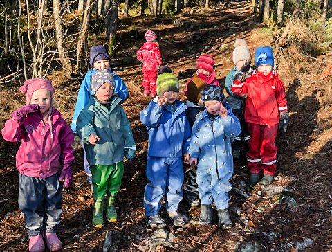 HUNDEBÆSJ: Unger fra Sætreåsen studentbarnehage på tur på Tinnemyra. Det er ikke alltid de bare går langs stien, og utenfor ligger det hundebæsj.