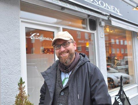 Musikeren Jan Terje Sager har flyttet hjem etter 21 år i Oslo. Nå er han musikklærer på Kulturskolen, og en slags hobbymeteorolog på formiddagen. Vi traff ham på mandolinhandling.