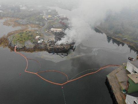 Dronebilde fra en hendelse i Bud i august der Nordmøre og Romsdal brann og redning var ute på en naustbrann der det også var utslipp på sjø.