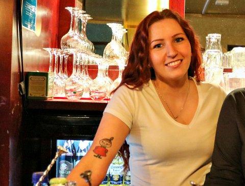 Rikke-Suzann Rydjord Skjølsvik er ny daglig leder i Kristiansund Restaurantdrift AS. Her er hun avbildet bak bardisken på No9 ved en tidligere anledning. Selskapet har også gjort endringer i styret.