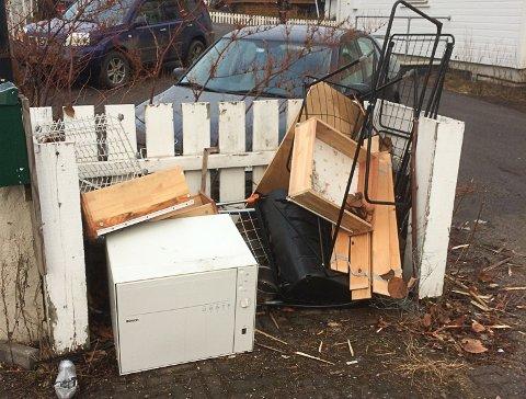 AVFALL: Her har noen satt ut avfall de ønsker å kvitte seg med.