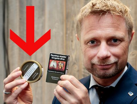 NYE SNUSBOKSER: De nye, kjedelige snusboksene basert på de minst innbydende fargene ifølge helsemyndighetene, ser foreløpig ut til å ha lite effekt på forbruket til norske snusere. Foto: Lise Åserud (NTB Scanpix)