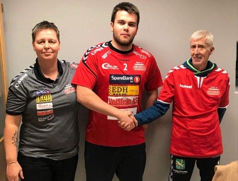 """SIGNERT: Sportslig leder Marianne Seljestad og Henrik """"Henken"""" Møyland viser frem nysigneringen Simen Opaker fra Bækkelaget."""