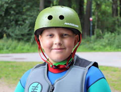 UTROLIG MORSOMT: Kasper (12) koser deg på vannet med wakeboard