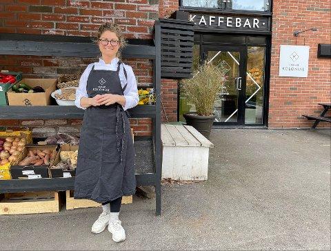 FORNØYD: Linn Mjelde i Tjøme Kolonial er ikke så påvirket av nedstengingen i Færder. – Jeg er glad for at vi får lov til å holde åpent. Folk er veldig flinke til å bruke oss, sier Mjelde.
