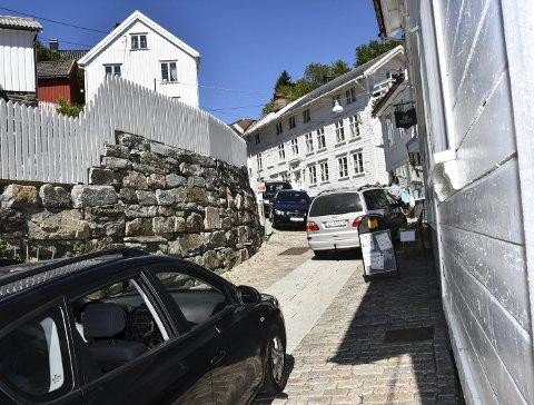 Kaos: Det har allerede vært tilløp til kaos i Hovedgata. Torsdag stenges gata for trafikk for å unngå farlige situasjoner.