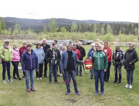Samling: Mange av de faste campinggjestene på Sigridnes hadde samlet seg på søndag da Tor Hushovd overrakte hjerte-starteren til Trine Krossbekk Agdersborg i Dristug. Privat foto