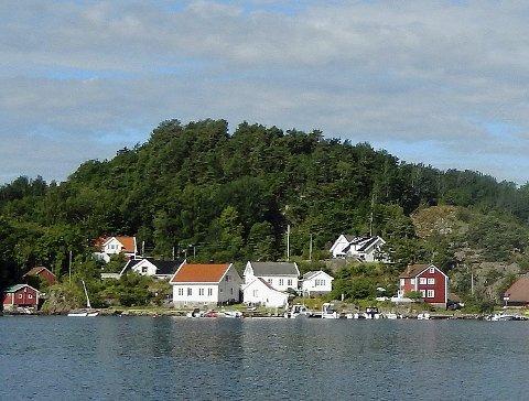 Negativ: Statsforvalteren ber Arendal kommune si nei til at det kan bygges et bolighus i Fløyfjell (midt på bildet) i Bota på Tverdalsøy. Foto: Skibsaksjeselskapet Hesvik