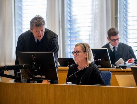 I RETTEN: Hilde Thorkildsen og hennes forsvarer Thomas Skjelbred i Romerike og Glåmdal tingrett tirsdag i forbindelse med korrupsjonstiltalen mot henne og en forretningsmann fra bygda. I bakgrunnen forretningsmannens forsvarer Fredrik Berg.