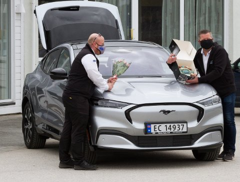 EL-SUV: Selger Geir Skancke i Røros Auto stiller med blomster, kake og Røros sin første el-taxi. Løyveeier Kenneth Sandvik er svært fornøyd med kjøpet, og sier at bilen skal frakte kunder noen dager uten taxi-skilt, som blir montert på om noen dager.