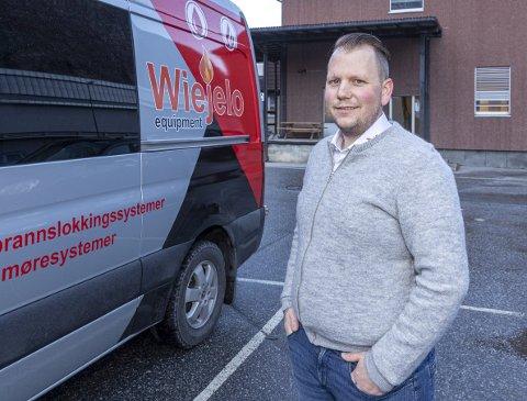 Gründer: Ole Marius Husby har med seg sin arbeidsplass i bilen. Der har han verksted og det han trenger for sin servicevirksomhet.